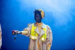 Aïcha Cissé in Geel Hesje (foto: Boumediene Belbachir))