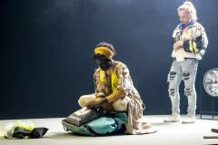 Aïcha Cissé en Sara Vertongen in Geel Hesje (foto: Boumediene Belbachir)
