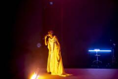 Prisca Agnes Nishimwe in Geel Hesje (foto: Boumedienne Belbachir)