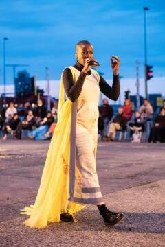 Prisca Agnes Nishimwe in Geel Hesje (foto Ilse Philips)